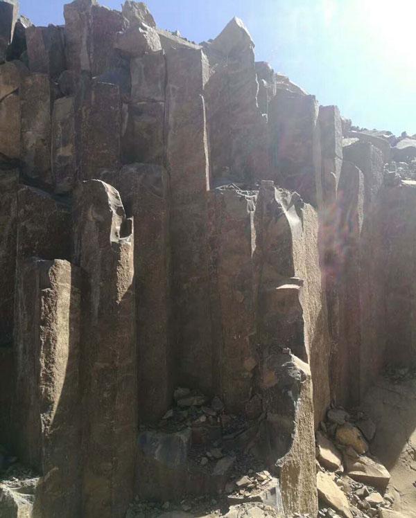 蒙古黑矿山实拍图